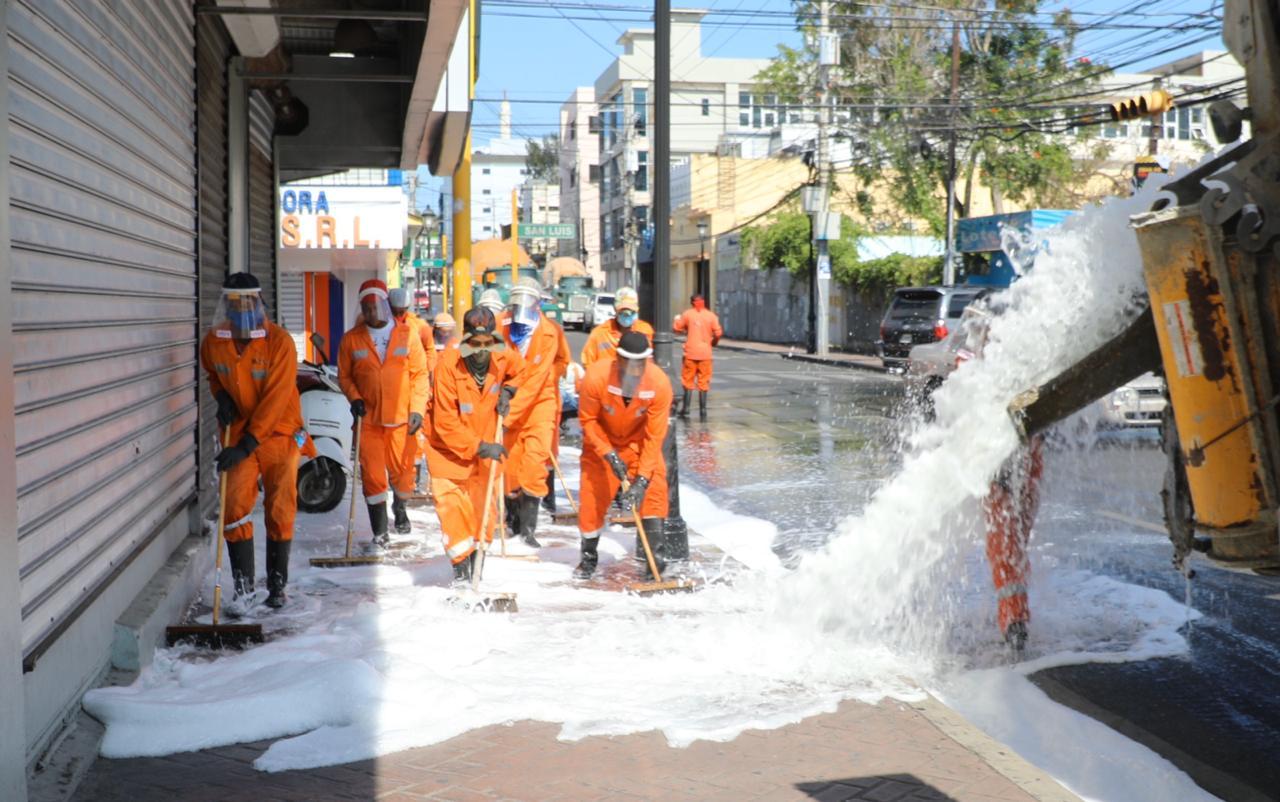Alcalde Abel Martínez concluye su primer período trabajando en las calles de Santiago sin dar tregua al Covid-19