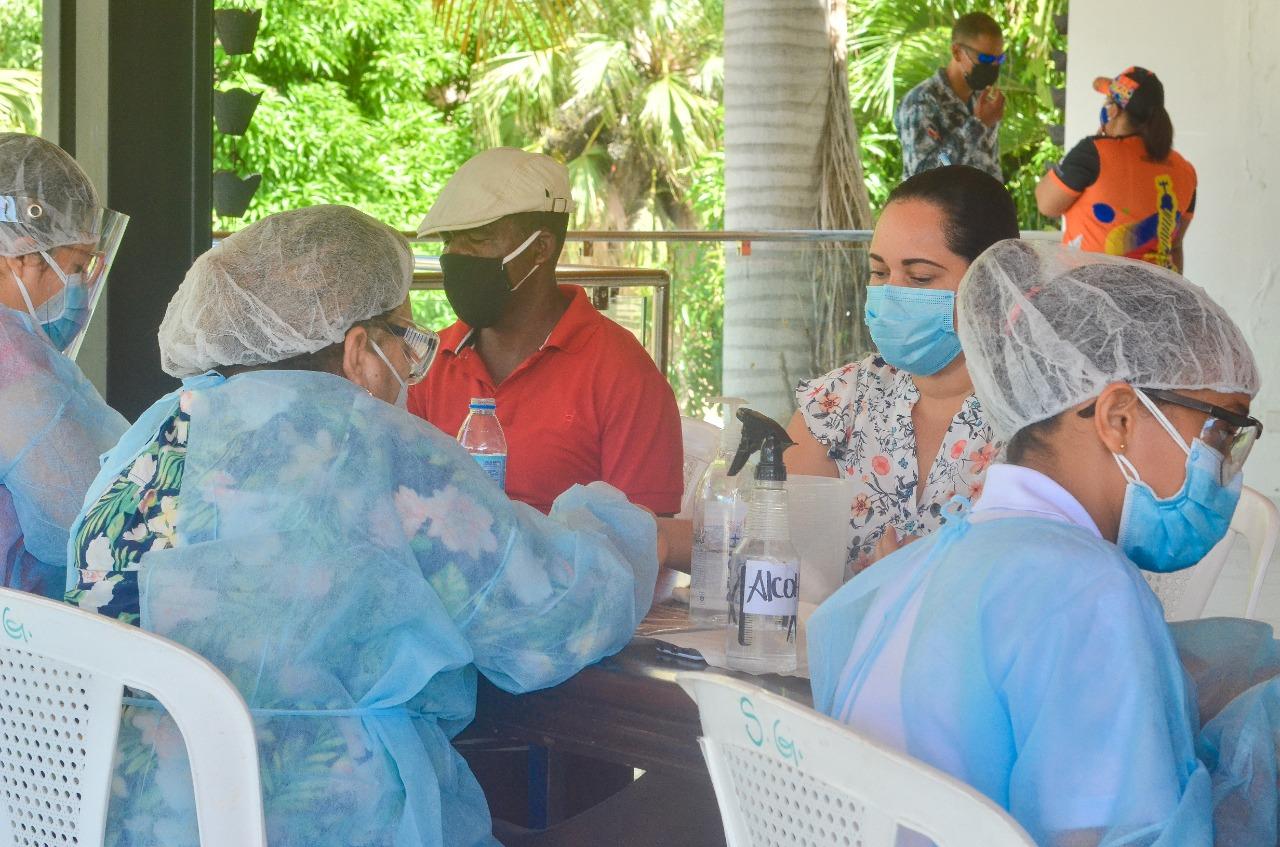 Alcalde Abel Martínez dispone junto a Salud Pública operativo de pruebas rápidas COVID 19 para empleados de la Alcaldía Santiago