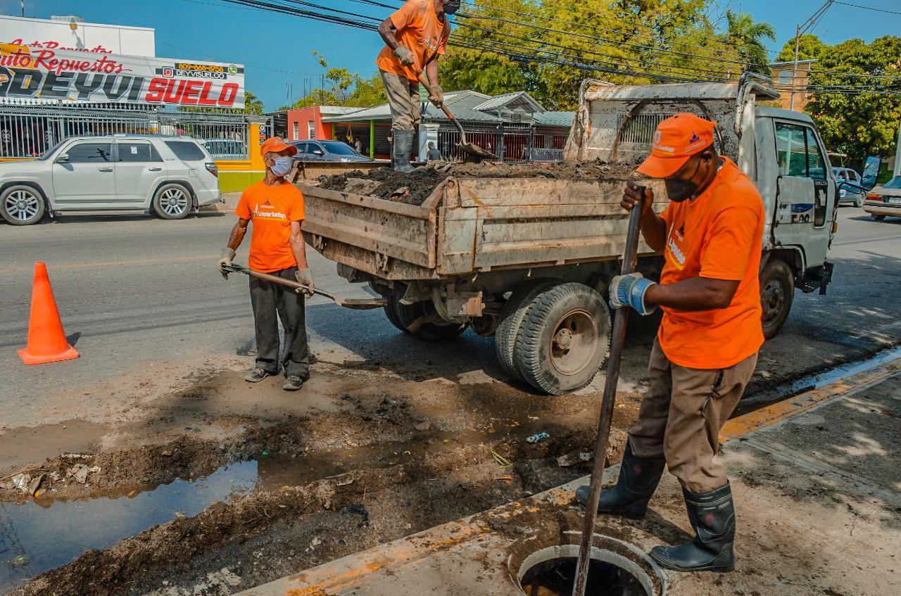 Brigadas Alcaldía Santiago intensifican trabajos limpieza imbornales ante posibles lluvias por aviso tormenta