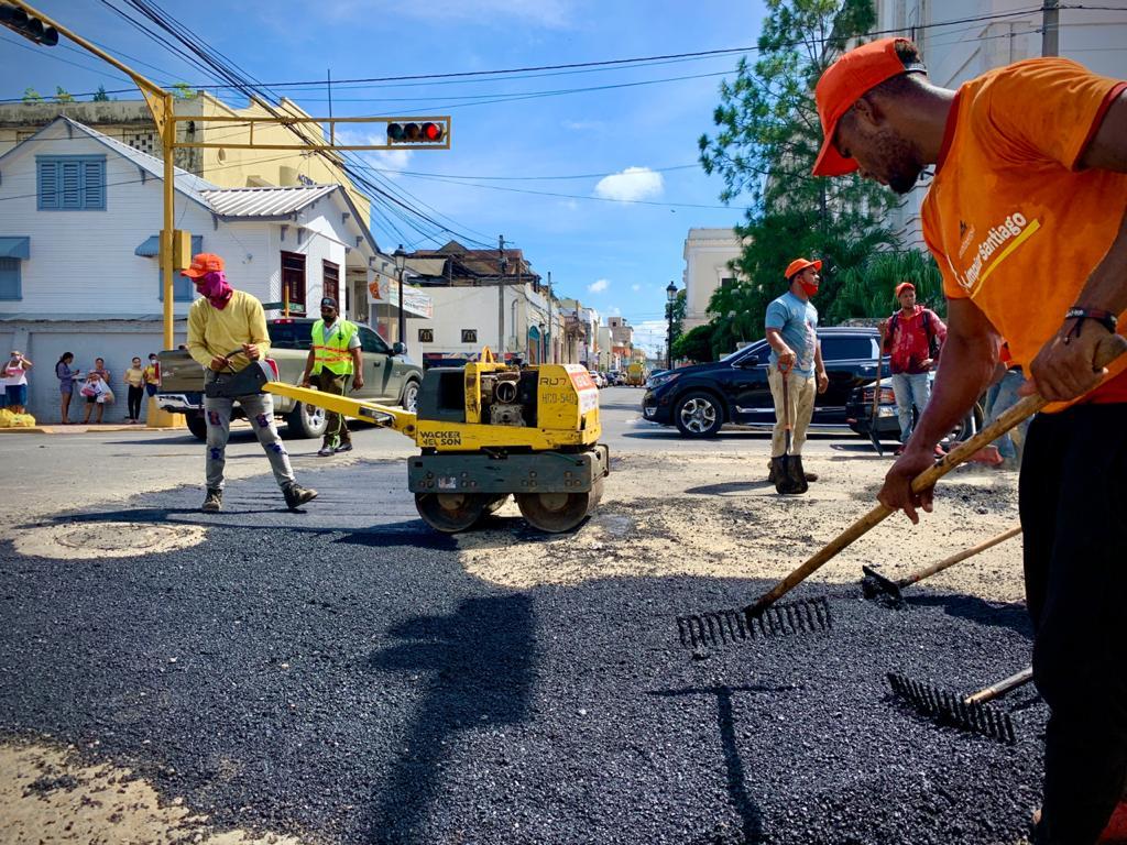 Ayuntamiento Santiago ejecuta amplia jornada de bacheo en diferentes calles y avenidas de la ciudad
