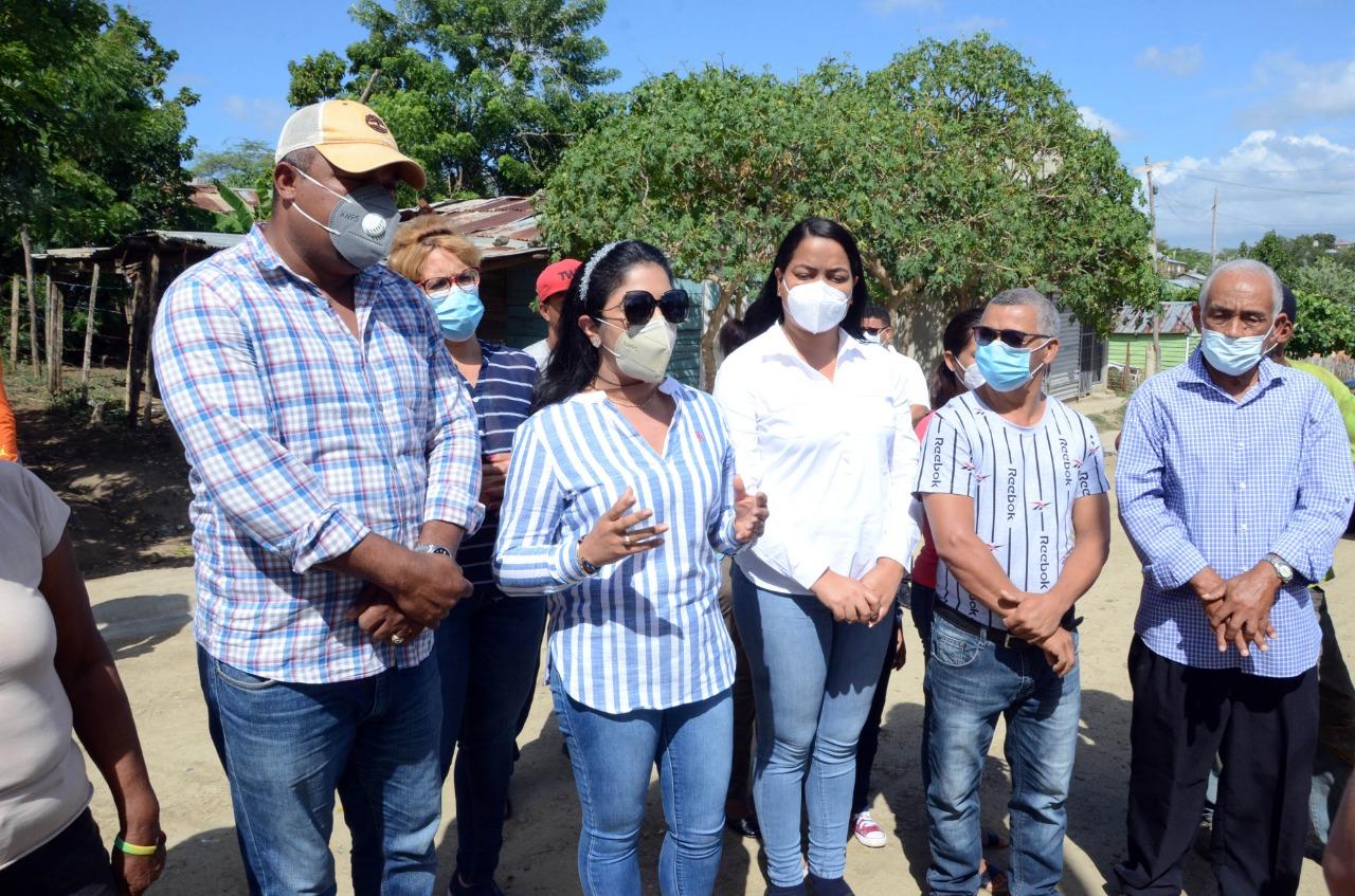 Ayuntamiento Santiago entrega aceras y contenes en Los Llanos de La Herradura