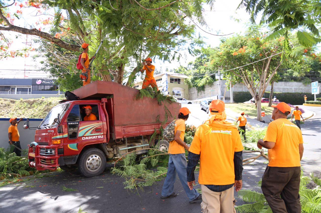 Brigadas municipales alcaldía Santiago no dan tregua en su tarea de limpieza y orden