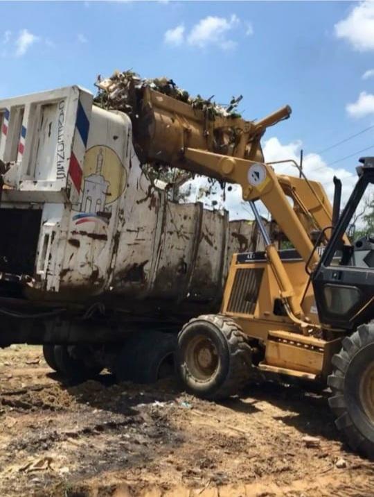 Ayuntamiento de Santiago y el INDRHI realizan operativo conjunto para retirar desechos lanzados en canales de riego