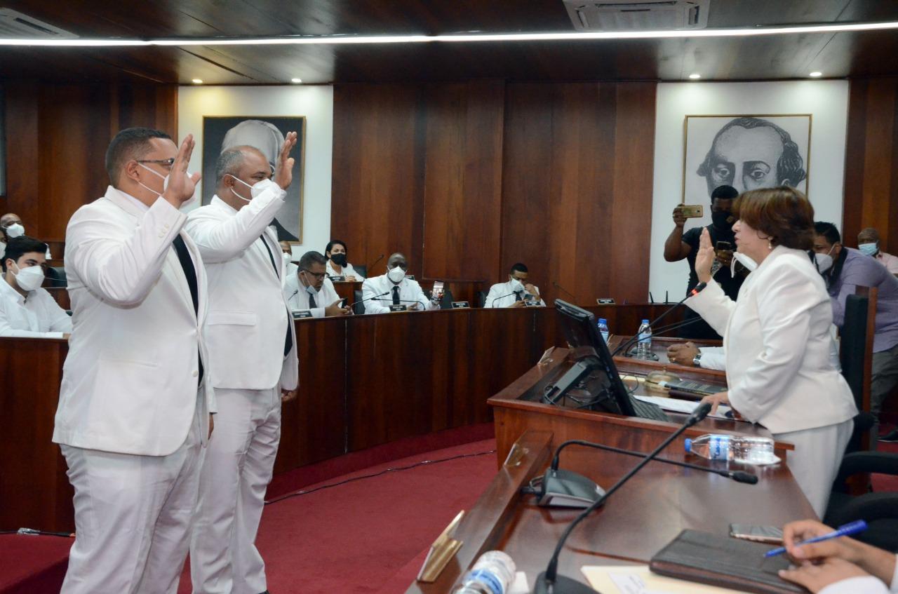 Regidores Ayuntamiento de Santiago reeligen a Ambioris González como presidente; partidos eligen voceros