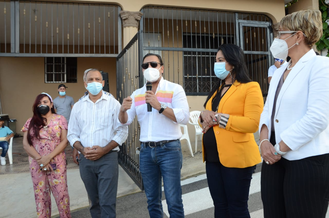 Tras 25 años con calles polvorientas Abel Martínez lleva asfalto a Los Prados de Pekín