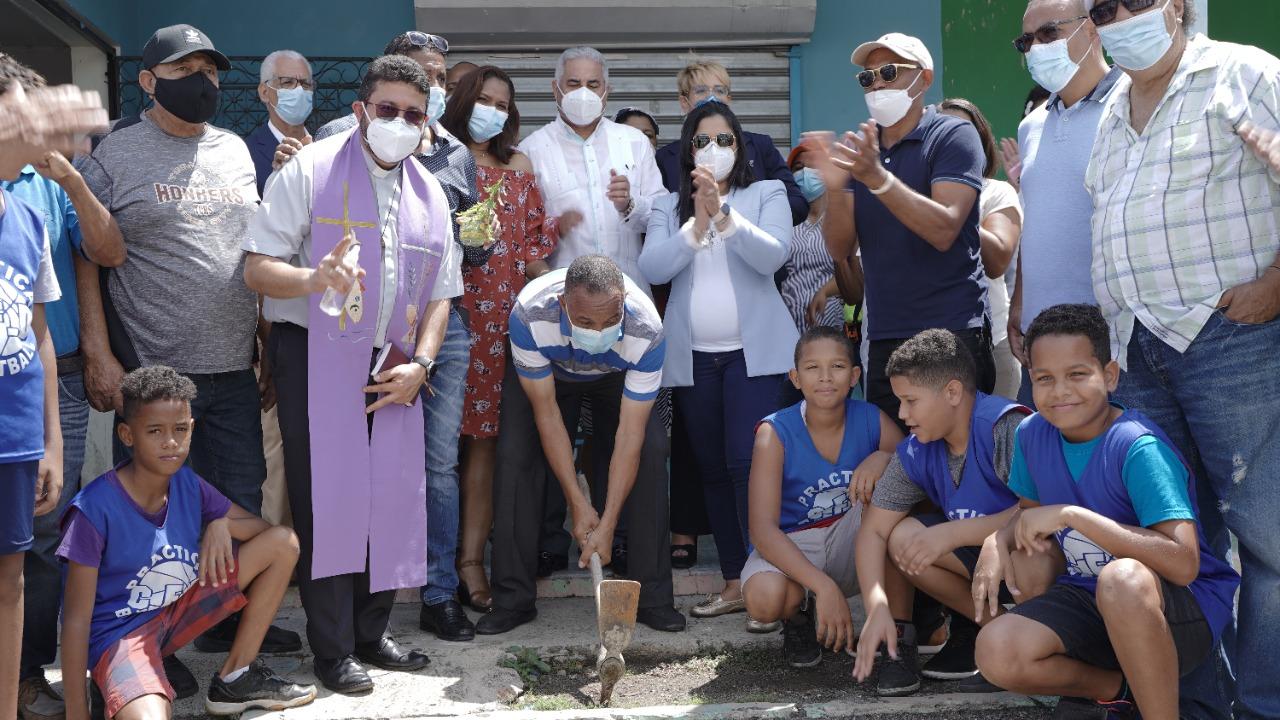 Alcaldía Santiago interviene la casa club y dos canchas para su remozamiento en sector Cecara