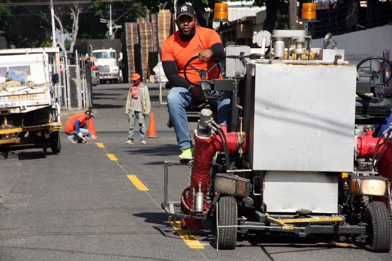 Lee más sobre el artículo Alcaldía Santiago ejecuta programa de asfaltado y bacheo en el Ensanche Ramos y señalización vial completa en El Ingco