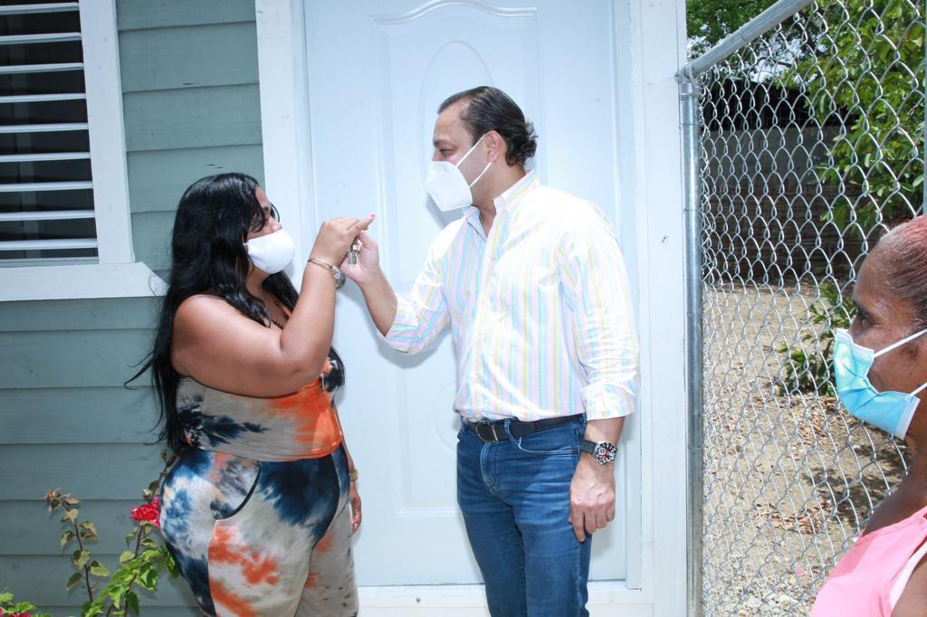 Lee más sobre el artículo Abel Martínez entrega nueva casa a madre del Ensanche Espaillat