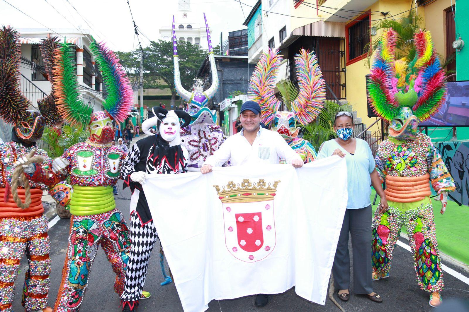 Lee más sobre el artículo Alcalde Abel Martínez entrega trabajos de embellecimiento en la calle Padre Castellanos en los alrededores del monumento