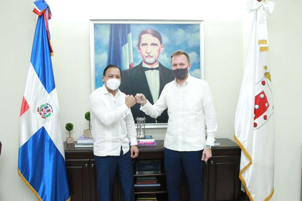 Lee más sobre el artículo Alcalde Abel Martínez recibe visita de Robert Thomas encargado de Negocios de la Embajada de EE. UU en República Dominicana