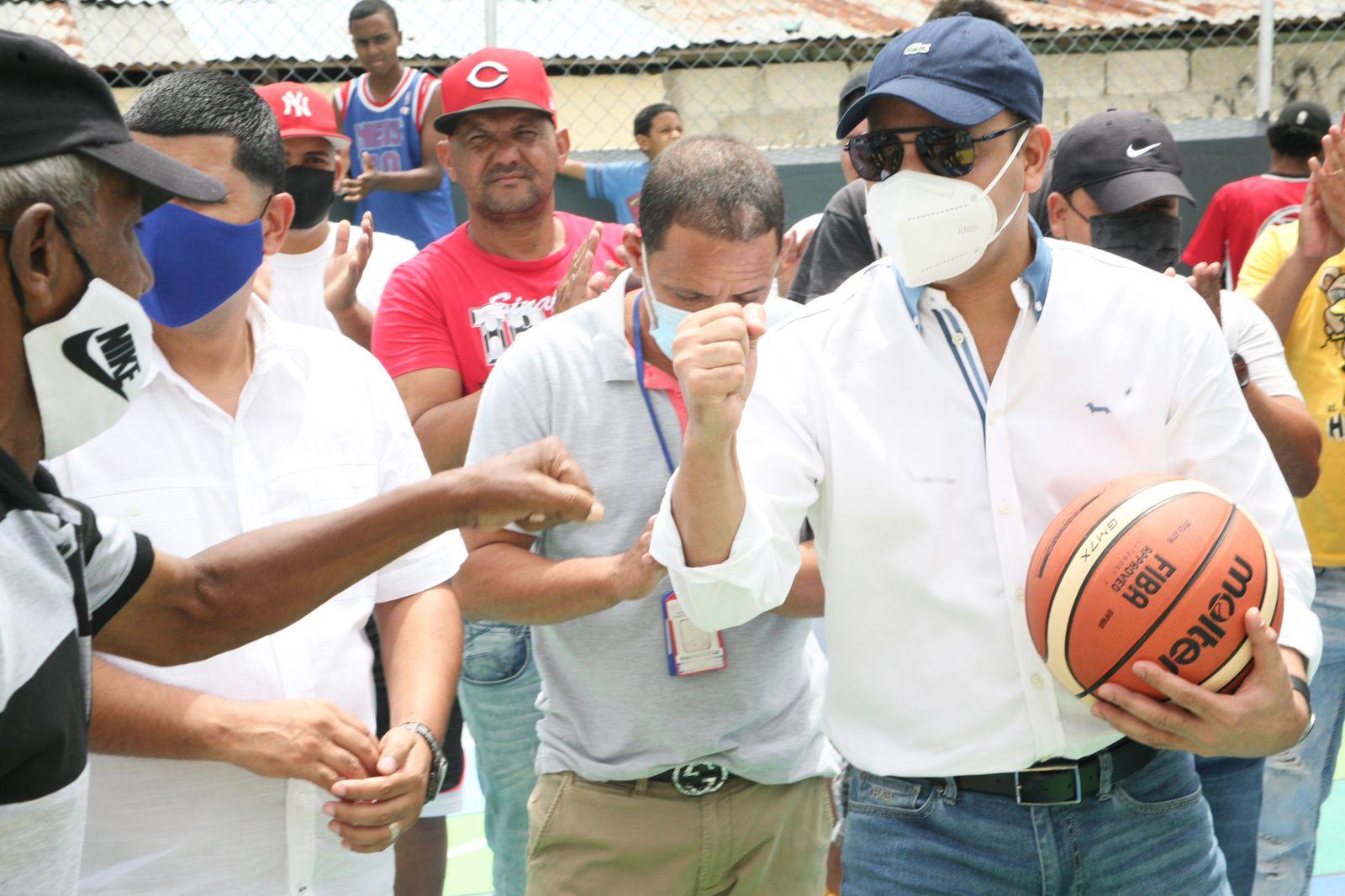 Lee más sobre el artículo Abel Martínez entrega completamente remozada una cancha en La Yagüita de Pastor